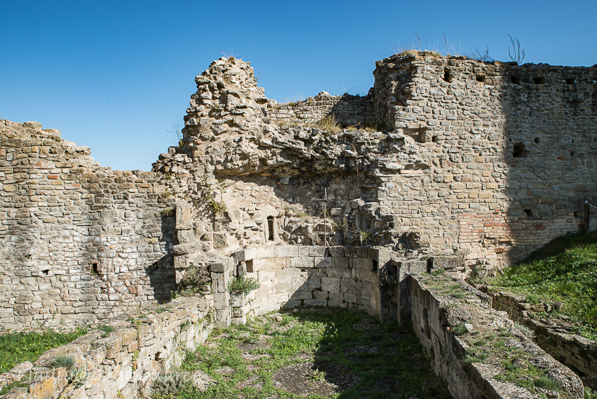 Fondamenta della chiesa interna al castello.