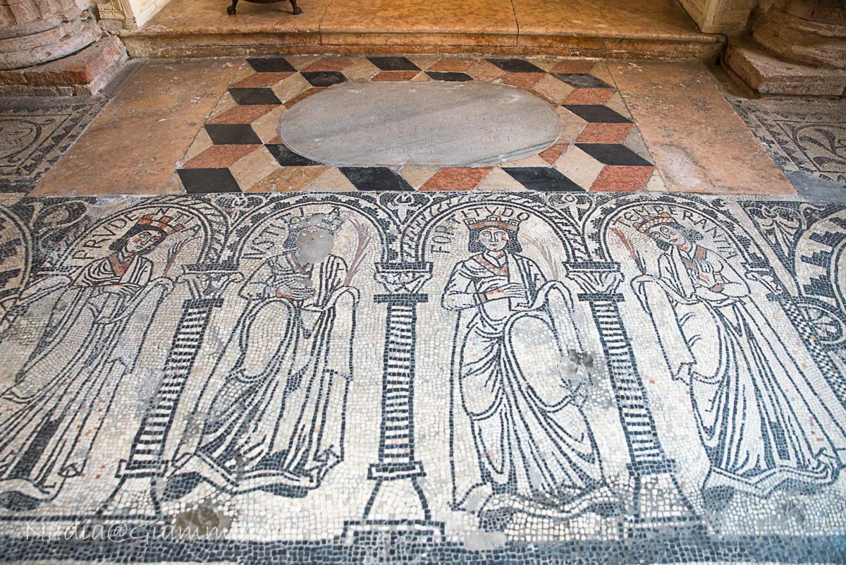 Mosaico pavimentale nell'oratorio di Santa Maria.