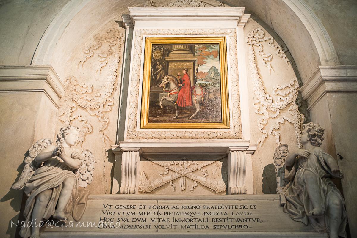 Il catafalco che ospitava il corpo di Matilde di Canossa.