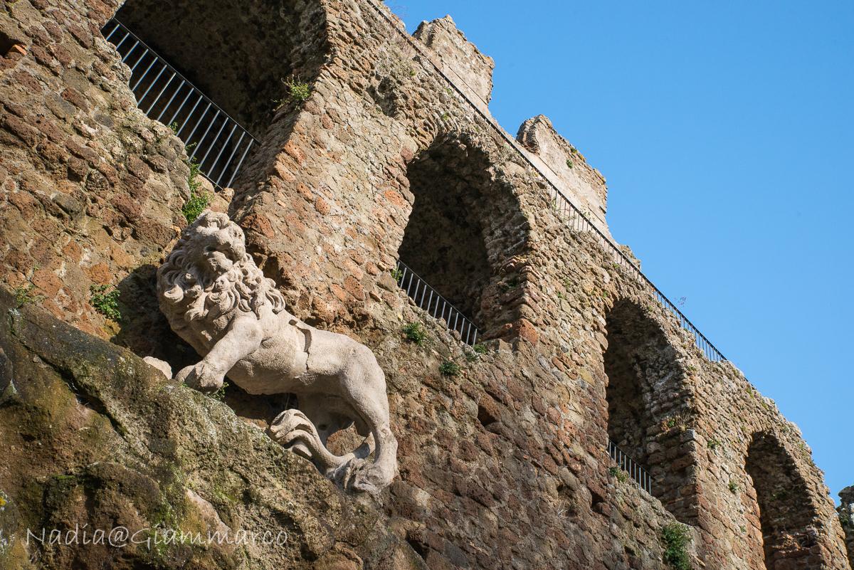 Fontana a scogli sormontata dal leone.