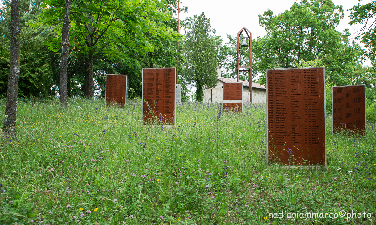 Lapidi in ricordo degli Alpini caduti in guerra.
