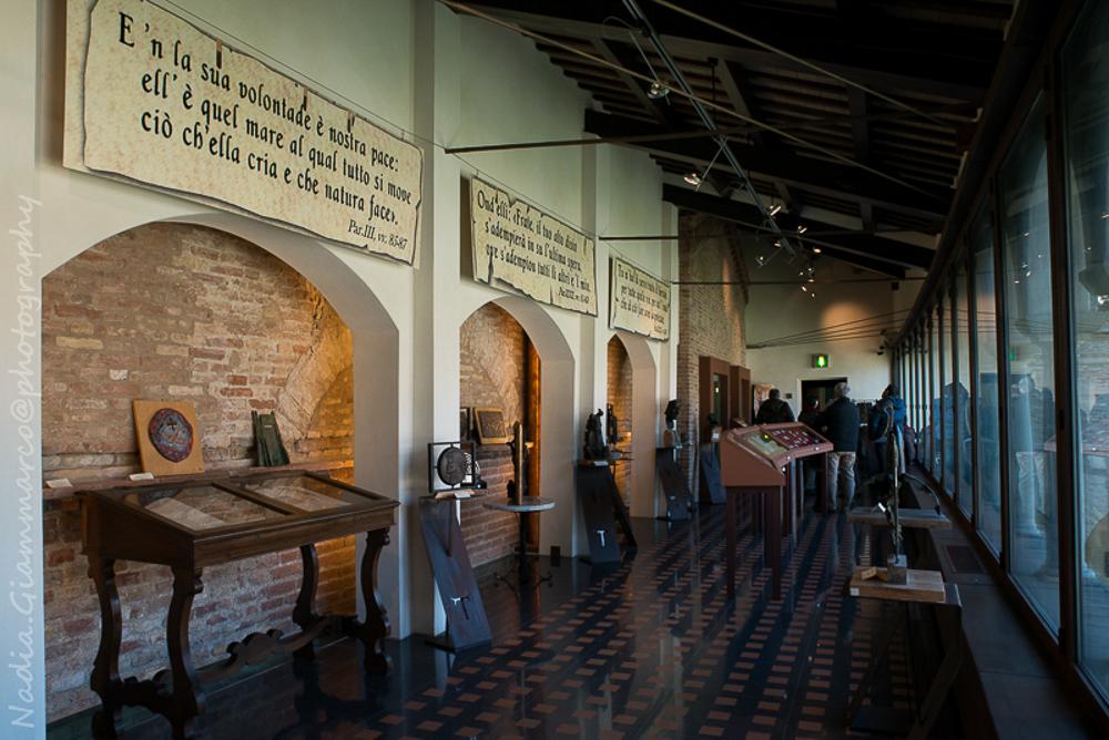 Parte del Museo Dantesco in cui sono esposti documenti risalenti al suo ultimo periodo di vita a Ravenna