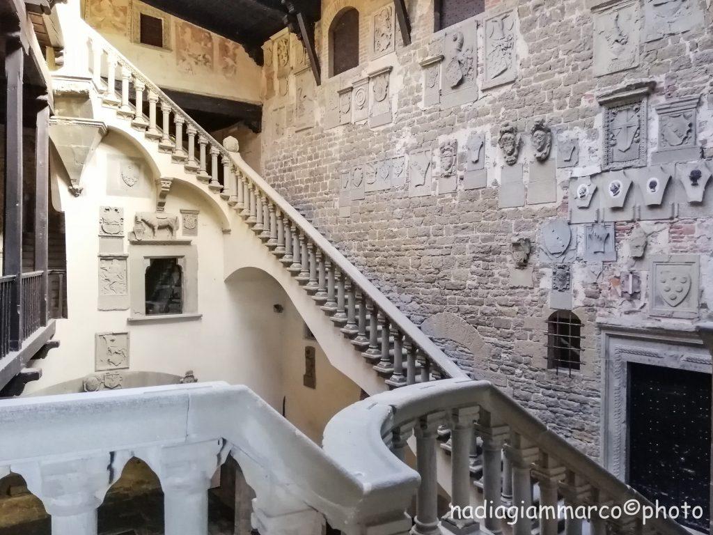 Vista da varie prospettive della maestosa scala nel cortile del Castello di Poppi, progetto di Jacopo di Baldassarre Turriani