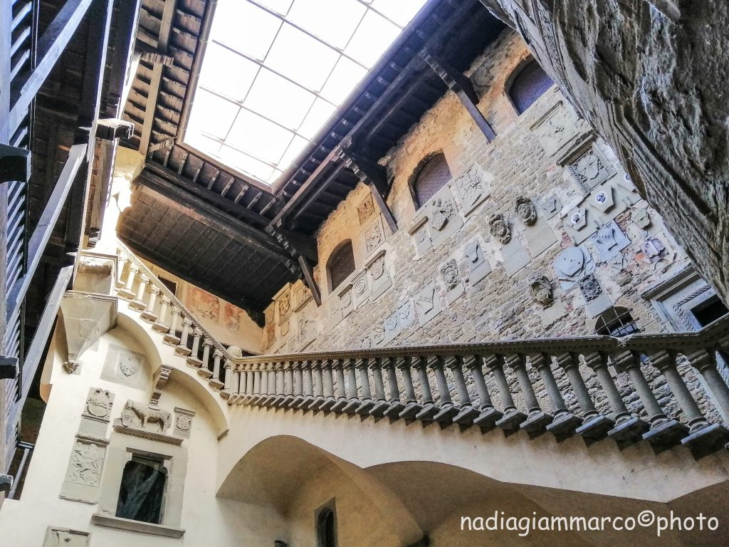 Maestosa scala nel cortile del Castello di Poppi, progetto di Jacopo di Baldassarre Turriani