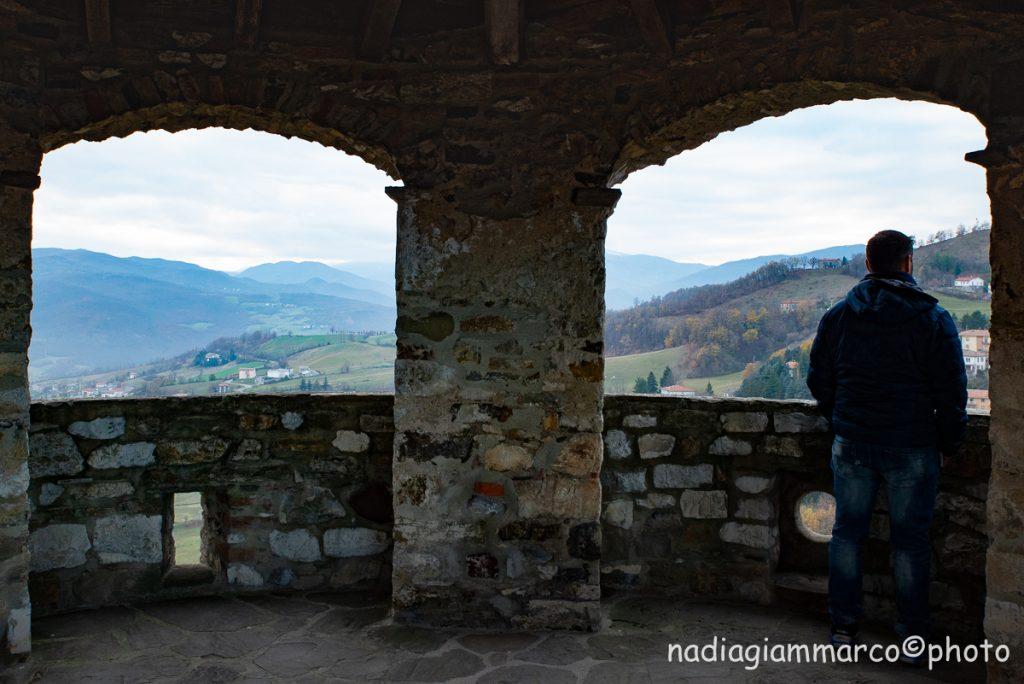 Nel Castello di Bardi tra camminamenti di ronda, panorami e stanze allestite con strumenti della civiltà antica.