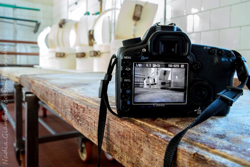 La mia macchina fotografica con il display che mostra una foto appena scattata in caseificio.