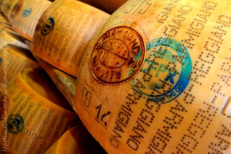 Forme di Parmigiano Reggiano nel magazzino di stagionature