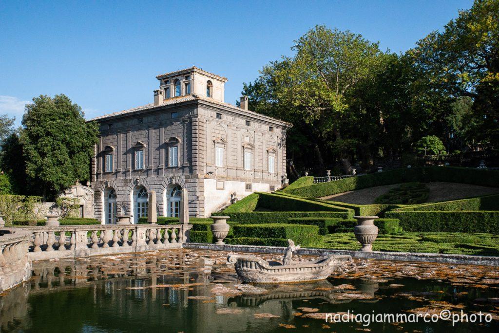 I due edifici simmetrici che si incontrano appena entrati a Villa Lante a Bagnaia in provincia di Viterbo. A piano terra, nella parte aperta, sono affrescati,