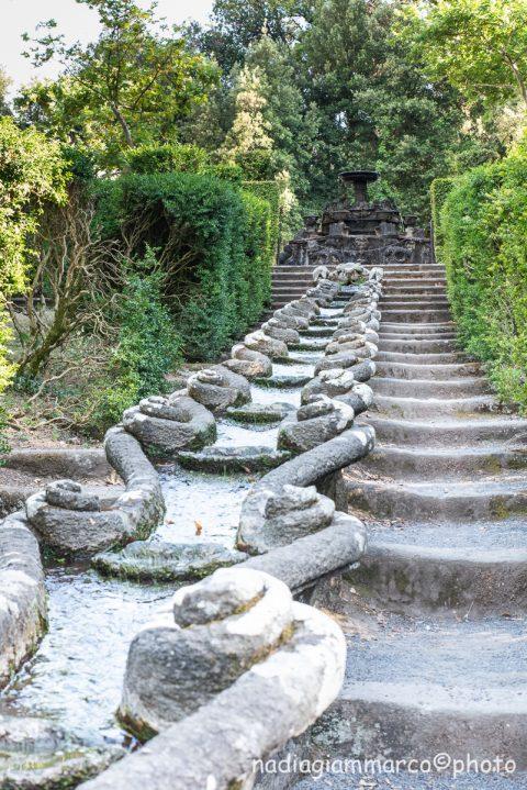 Dettaglio della particolare catena a forma di gambero in cui scorre l'acqua a Villa Lante di Bagnaia